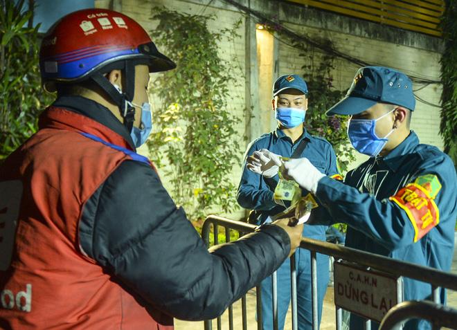 Người dân tự nguyện đến chung cư 88 Láng Hạ lấy mẫu xét nghiệm COVID-19 lúc 1h sáng - Ảnh 10.