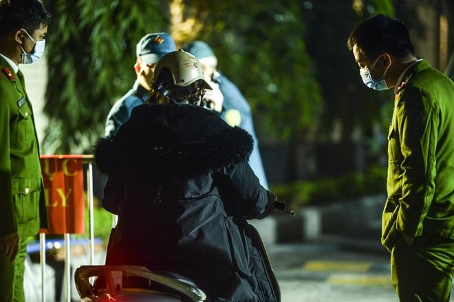 Người dân tự nguyện đến chung cư 88 Láng Hạ lấy mẫu xét nghiệm COVID-19 lúc 1h sáng - Ảnh 7.