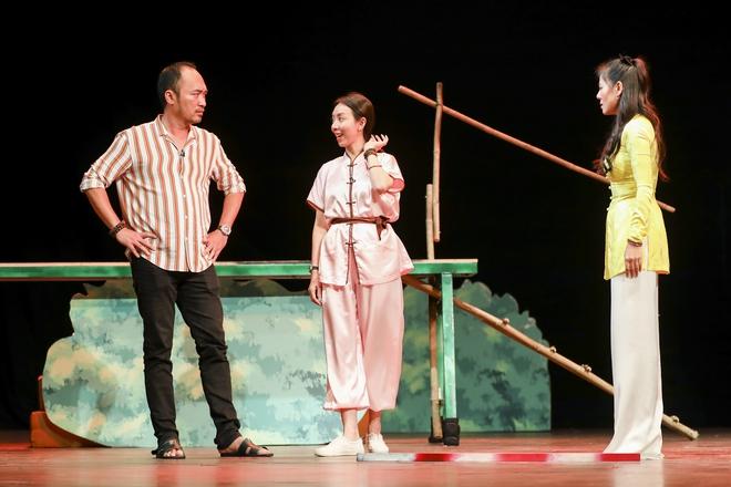Hoài Linh đeo khẩu trang tập kịch Tết - Ảnh 3.