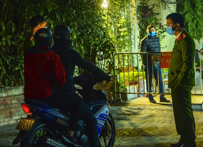 Người dân tự nguyện đến chung cư 88 Láng Hạ lấy mẫu xét nghiệm COVID-19 lúc 1h sáng - Ảnh 6.