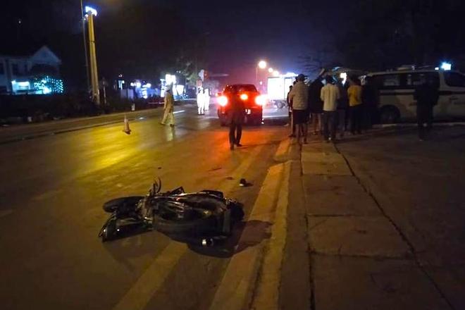 Xe tải đâm xe máy rồi tông gãy cột điện khiến 3 người thương vong, thi thể kẹt dưới cột điện - Ảnh 1.