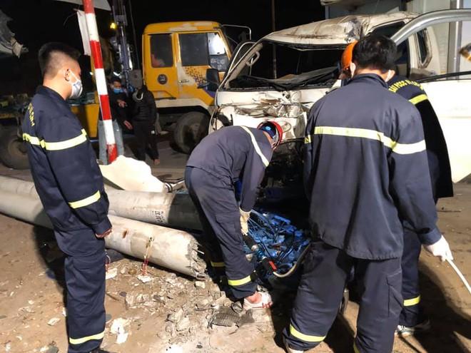 Xe tải đâm xe máy rồi tông gãy cột điện khiến 3 người thương vong, thi thể kẹt dưới cột điện - Ảnh 3.