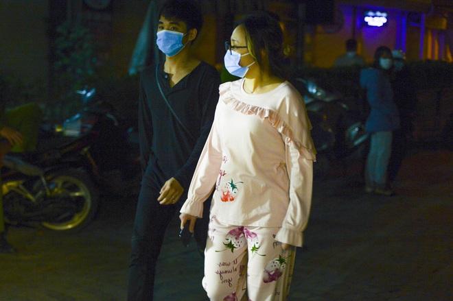 Người dân tự nguyện đến chung cư 88 Láng Hạ lấy mẫu xét nghiệm COVID-19 lúc 1h sáng - Ảnh 5.