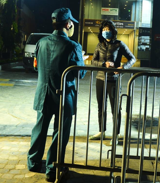Người dân tự nguyện đến chung cư 88 Láng Hạ lấy mẫu xét nghiệm COVID-19 lúc 1h sáng - Ảnh 8.