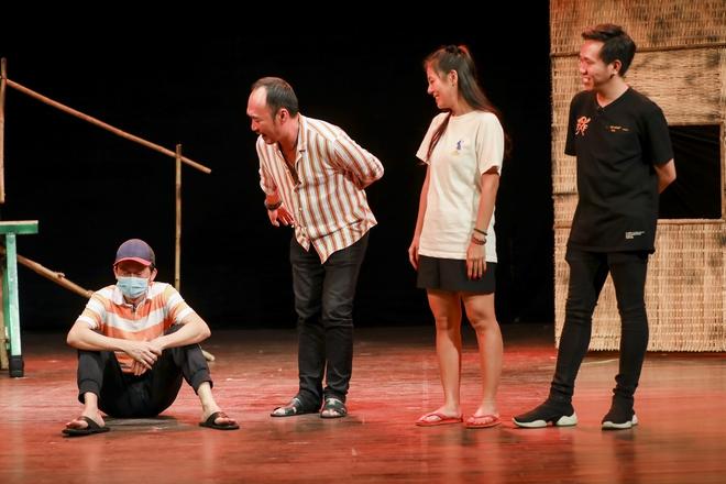 Hoài Linh đeo khẩu trang tập kịch Tết - Ảnh 2.