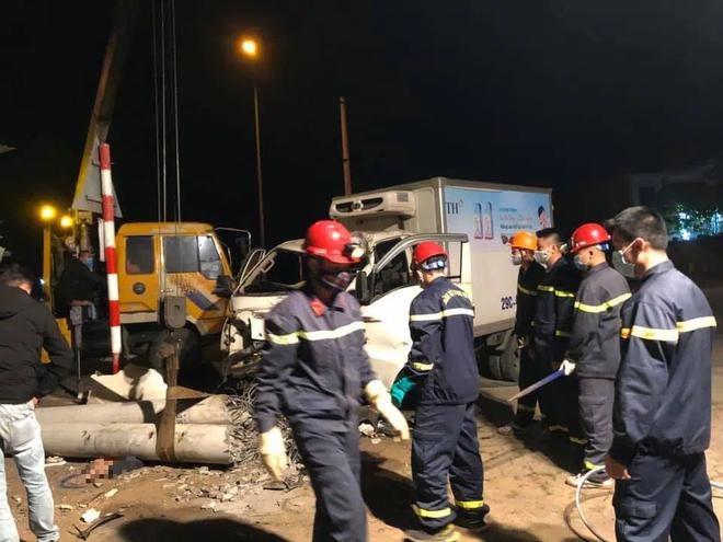 Xe tải đâm xe máy rồi tông gãy cột điện khiến 3 người thương vong, thi thể kẹt dưới cột điện - Ảnh 2.