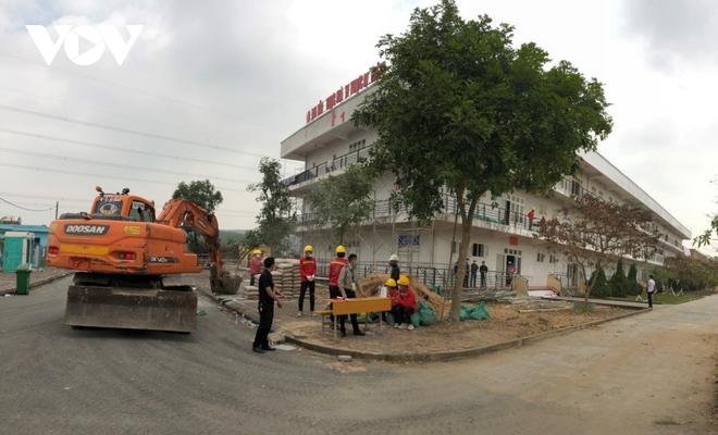 Khẩn trương thi công bệnh viện dã chiến số 3 tại Hải Dương - Ảnh 9.