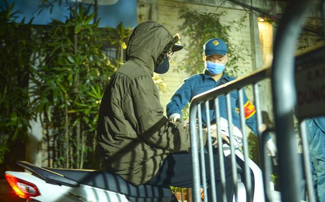 Người dân tự nguyện đến chung cư 88 Láng Hạ lấy mẫu xét nghiệm COVID-19 lúc 1h sáng