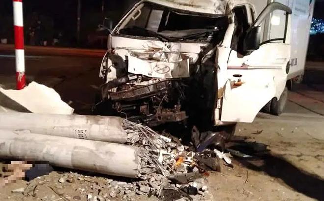 Xe tải đâm xe máy rồi tông gãy cột điện khiến 3 người thương vong, thi thể kẹt dưới cột điện