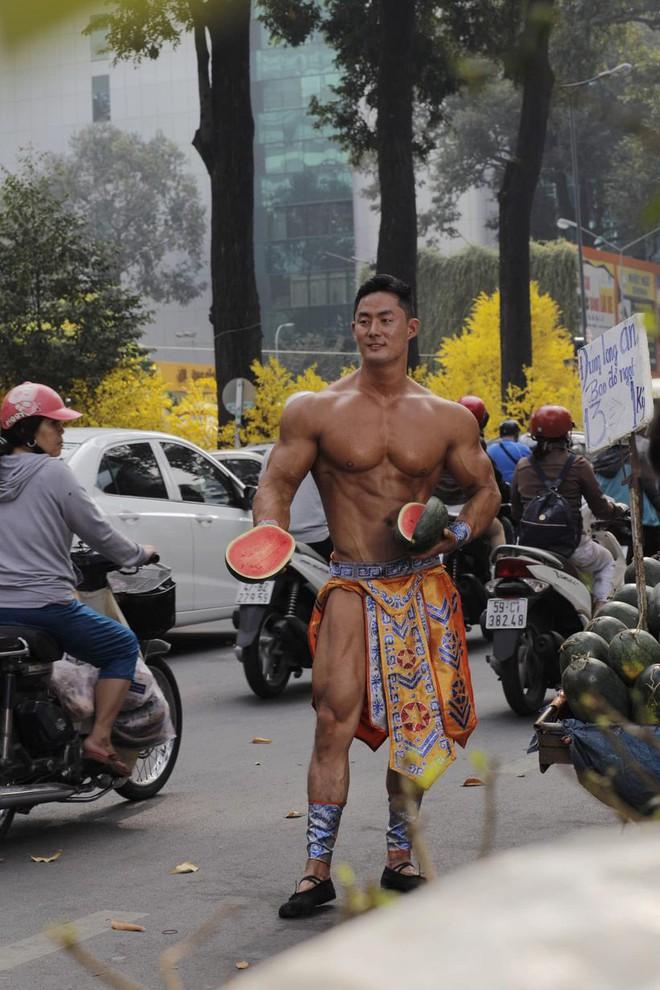 Bất ngờ với danh tính thực sự của ông chủ 6 múi, đóng khố như Mai An Tiêm bán dưa hấu giữa Sài Gòn - Ảnh 1.