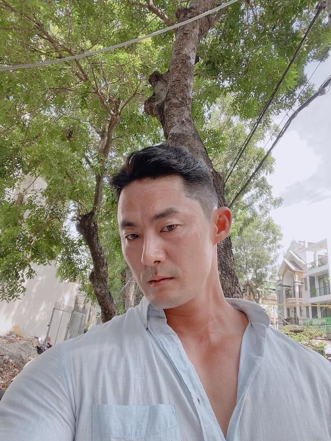 Bất ngờ với danh tính thực sự của ông chủ 6 múi, đóng khố như Mai An Tiêm bán dưa hấu giữa Sài Gòn - Ảnh 4.