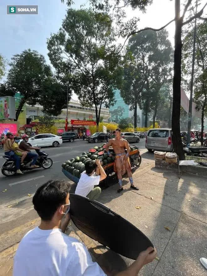 Bất ngờ với danh tính thực sự của ông chủ 6 múi, đóng khố như Mai An Tiêm bán dưa hấu giữa Sài Gòn - Ảnh 7.