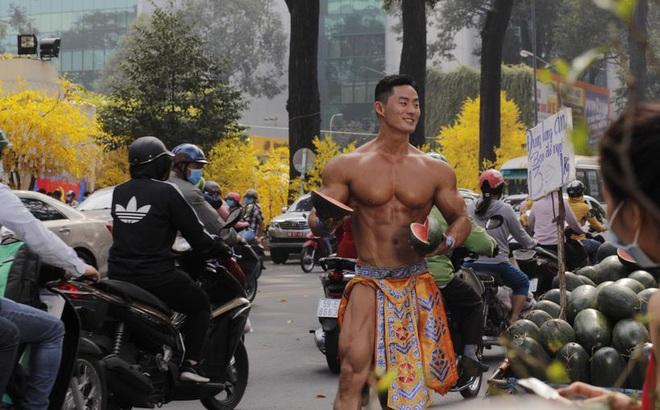 """Bất ngờ với danh tính thực sự của """"ông chủ"""" 6 múi, đóng khố như Mai An Tiêm bán dưa hấu giữa Sài Gòn"""