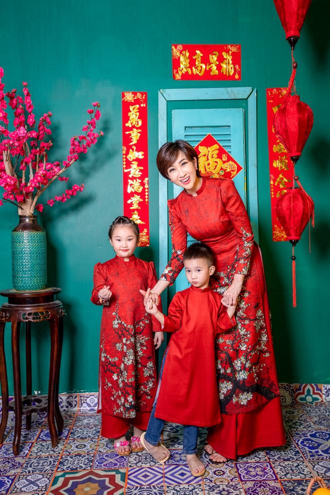 Lều Phương Anh chụp bộ ảnh Tết rực rỡ cùng hai con - Ảnh 2.