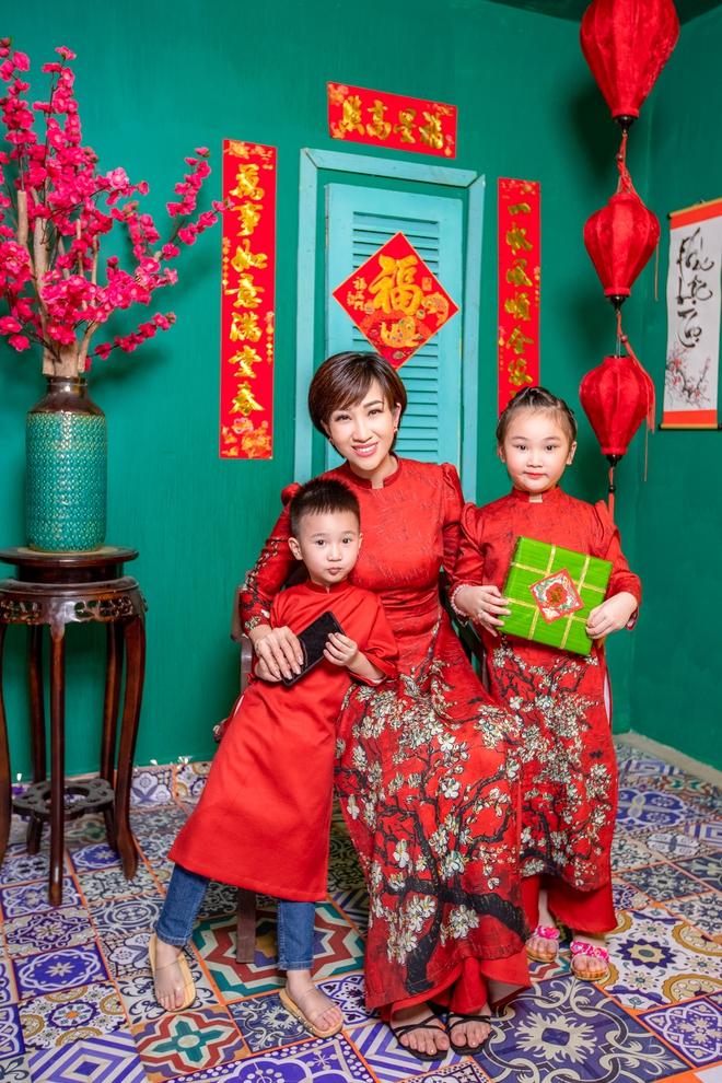 Lều Phương Anh chụp bộ ảnh Tết rực rỡ cùng hai con - Ảnh 3.