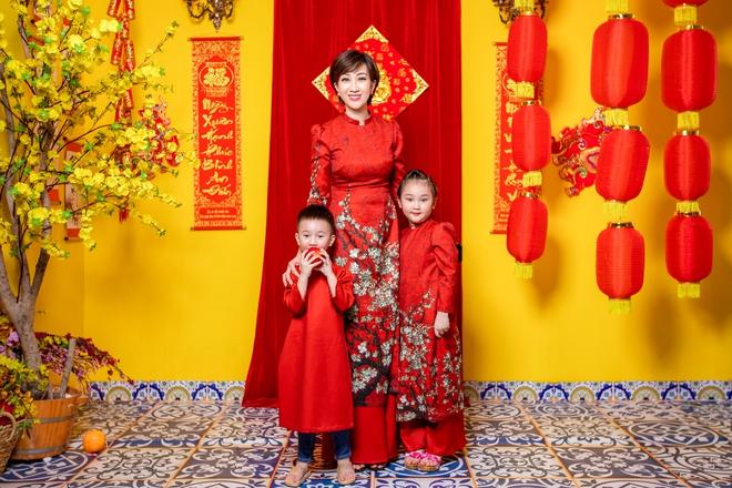 Lều Phương Anh chụp bộ ảnh Tết rực rỡ cùng hai con - Ảnh 1.