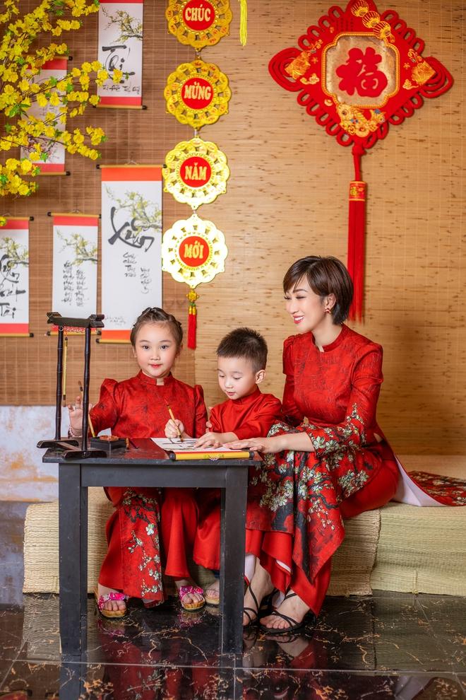 Lều Phương Anh chụp bộ ảnh Tết rực rỡ cùng hai con - Ảnh 4.