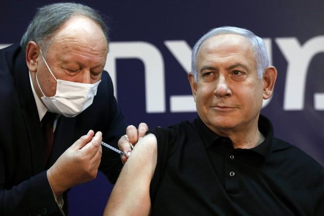 Quốc gia tiêm vắc xin Covid-19 nhanh nhất thế giới: Vì sao vẫn lao đao vì dịch? - Ảnh 2.