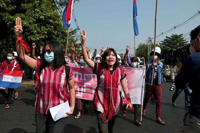 Myanmar: Dân tránh gọi điện thoại, dùng mật mã vì sợ bị nghe lén - Ảnh 1.