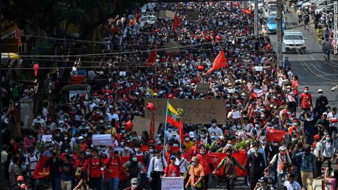 Biểu tình phản đối chính quyền quân quản ở Myanmar bước sang ngày thứ 2: Súng đã nổ - Ảnh 8.