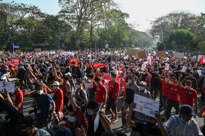 Biểu tình phản đối chính quyền quân quản ở Myanmar bước sang ngày thứ 2: Súng đã nổ - Ảnh 3.