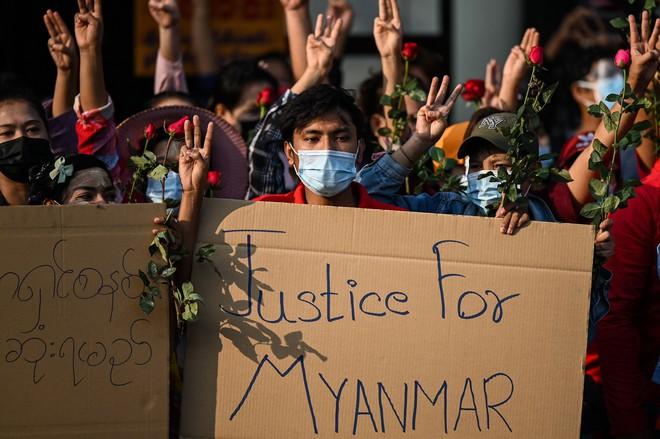 Biểu tình phản đối chính quyền quân quản ở Myanmar bước sang ngày thứ 2: Súng đã nổ - Ảnh 5.