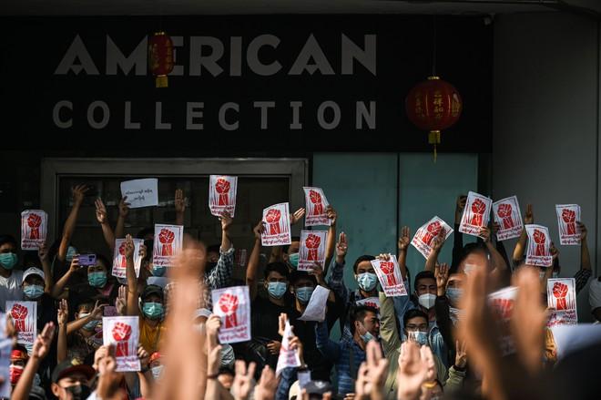 Biểu tình phản đối chính quyền quân quản ở Myanmar bước sang ngày thứ 2: Súng đã nổ - Ảnh 6.
