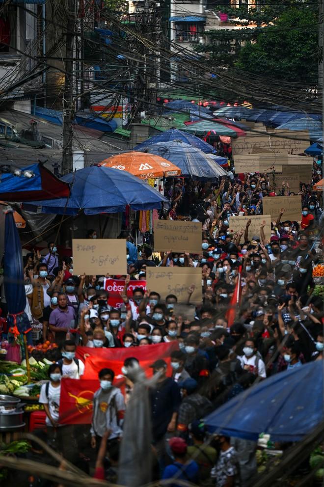 Biểu tình phản đối chính quyền quân quản ở Myanmar bước sang ngày thứ 2: Súng đã nổ - Ảnh 7.
