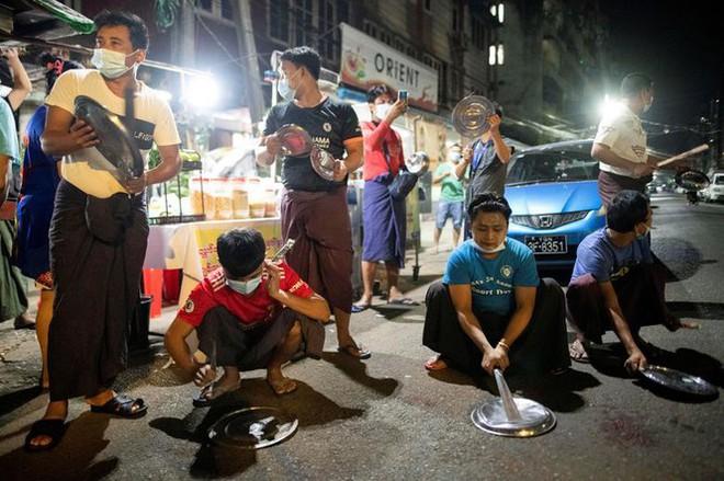 Myanmar: Dân tránh gọi điện thoại, dùng mật mã vì sợ bị nghe lén - Ảnh 8.