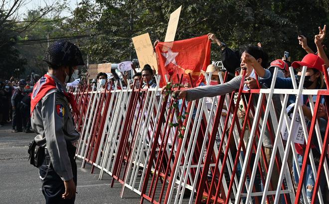 Biểu tình phản đối chính quyền quân quản ở Myanmar bước sang ngày thứ 2: Súng đã nổ
