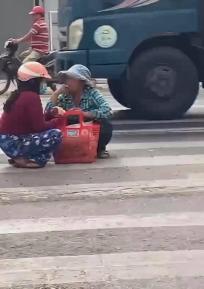 Mặc kệ xe cộ qua lại, 2 người phụ nữ ngồi xổm giữa đường buôn chuyện với nhau - Ảnh 3.