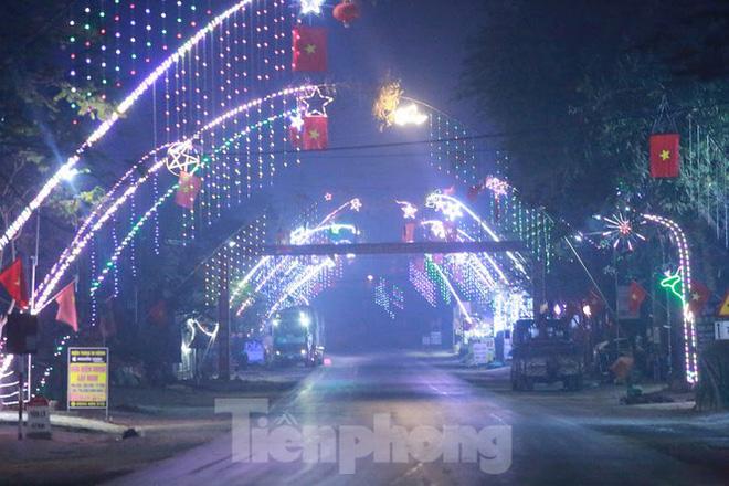 Rực sáng những cung đường nêu đón Tết ở xứ Nghệ - Ảnh 1.