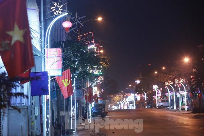 Rực sáng những cung đường nêu đón Tết ở xứ Nghệ - Ảnh 2.