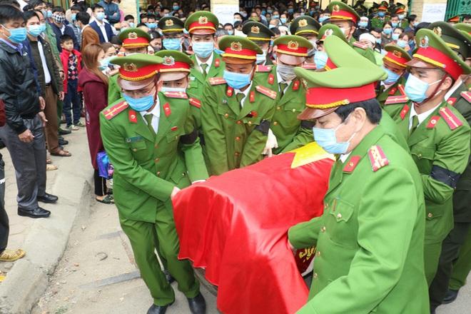 Thăng quân hàm Trung tá cho sĩ quan công an hi sinh khi vây bắt tội phạm ngày giáp Tết - Ảnh 1.