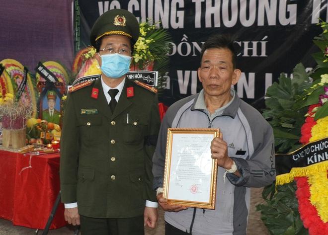 Thăng quân hàm Trung tá cho sĩ quan công an hi sinh khi vây bắt tội phạm ngày giáp Tết - Ảnh 2.