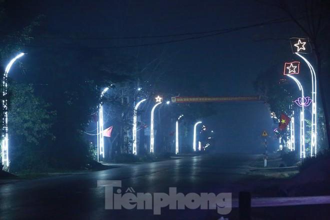Rực sáng những cung đường nêu đón Tết ở xứ Nghệ - Ảnh 13.