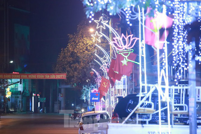 Rực sáng những cung đường nêu đón Tết ở xứ Nghệ - Ảnh 3.