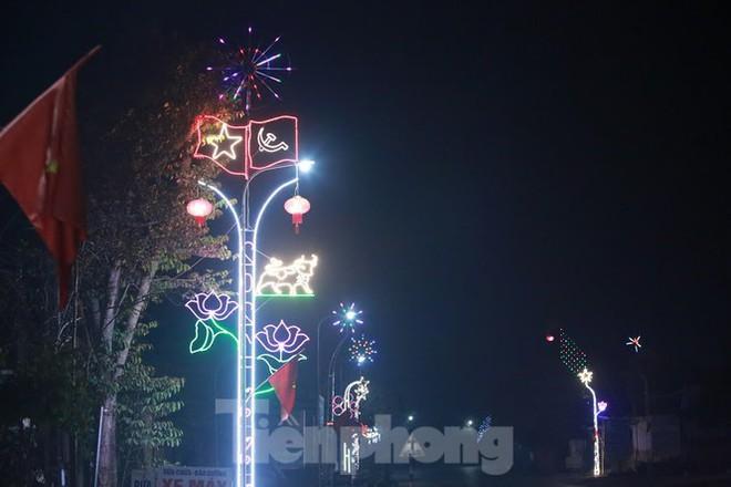 Rực sáng những cung đường nêu đón Tết ở xứ Nghệ - Ảnh 9.