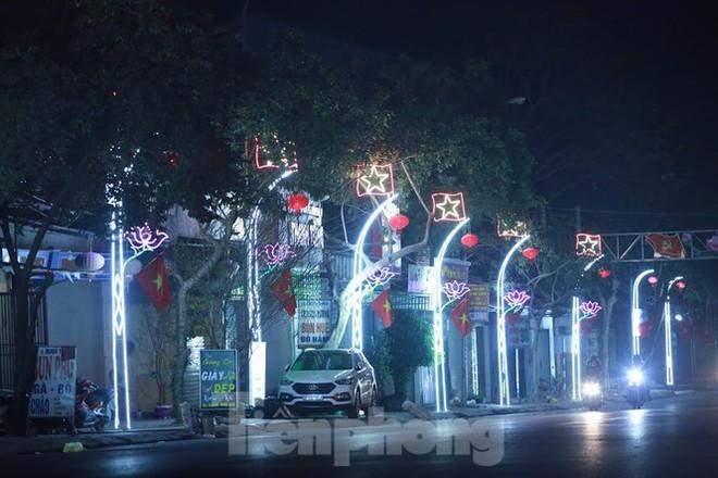Rực sáng những cung đường nêu đón Tết ở xứ Nghệ - Ảnh 10.