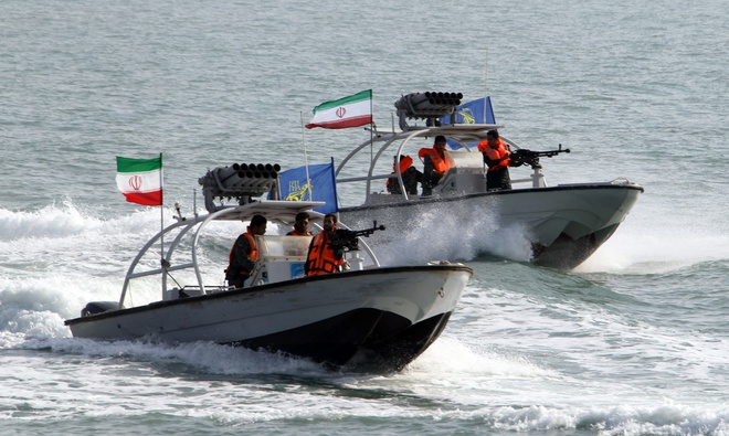 300 tàu chiến Iran vây kín Vịnh Ba Tư, người Mỹ nhận tin xấu - Ảnh 1.