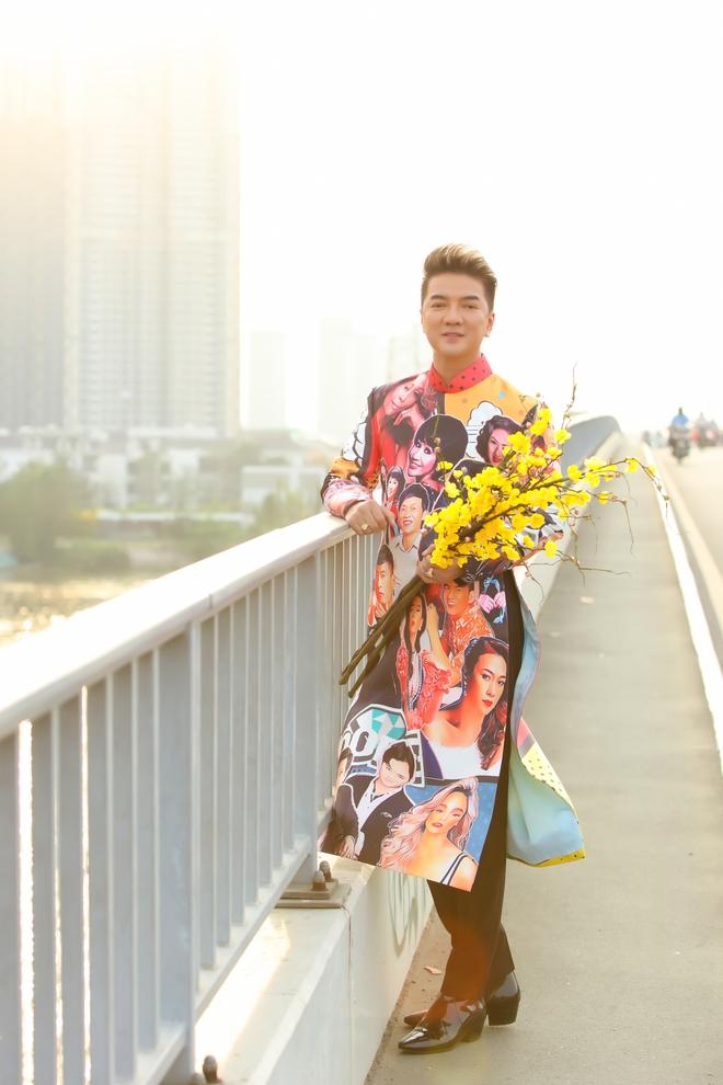 Đàm Vĩnh Hưng diện áo in hình Hoài Linh, Mỹ Tâm đi dạo phố - Ảnh 4.