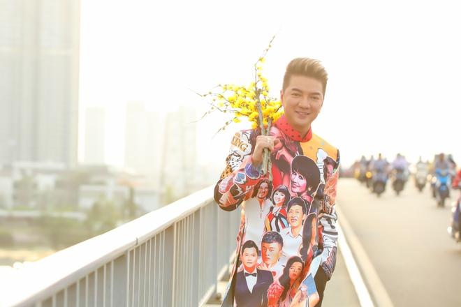 Đàm Vĩnh Hưng diện áo in hình Hoài Linh, Mỹ Tâm đi dạo phố - Ảnh 2.