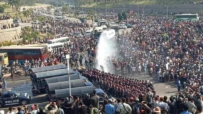 Cảnh sát Myanmar dùng vòi rồng giải tán người biểu tình - Ảnh 2.