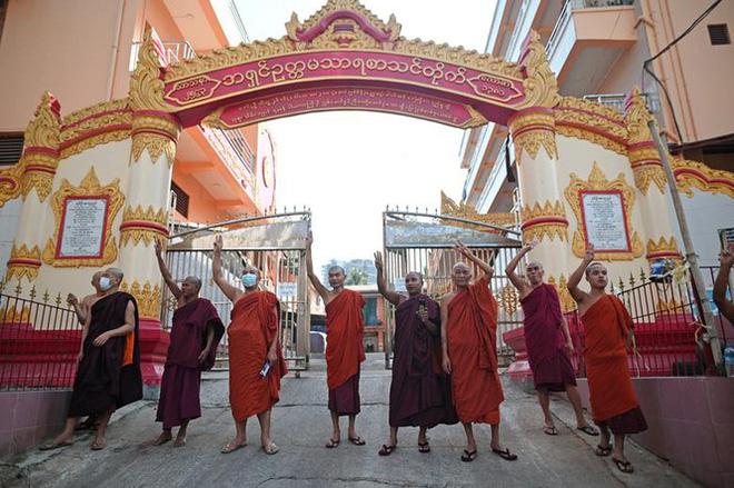 Cảnh sát Myanmar dùng vòi rồng giải tán người biểu tình - Ảnh 11.