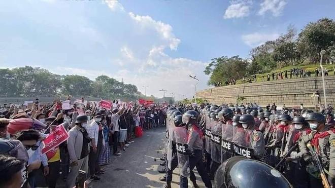 Cảnh sát Myanmar dùng vòi rồng giải tán người biểu tình - Ảnh 4.