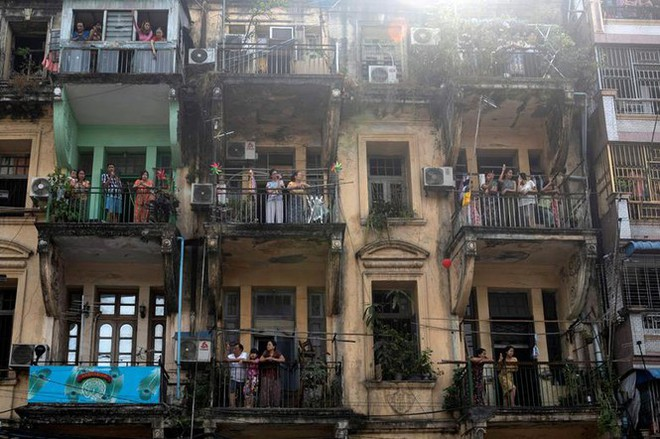 Cảnh sát Myanmar dùng vòi rồng giải tán người biểu tình - Ảnh 7.