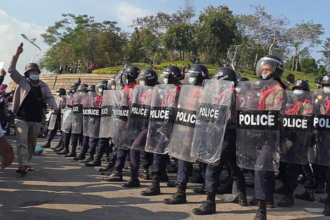 Cảnh sát Myanmar dùng vòi rồng giải tán người biểu tình - Ảnh 8.