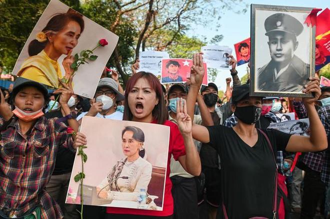 Cảnh sát Myanmar dùng vòi rồng giải tán người biểu tình - Ảnh 9.