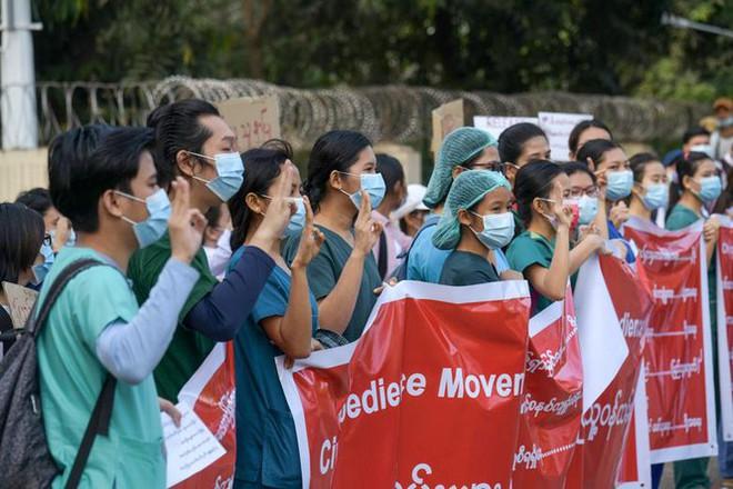 Cảnh sát Myanmar dùng vòi rồng giải tán người biểu tình - Ảnh 10.