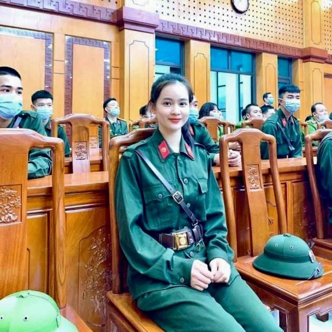 Nữ tân binh duy nhất ở Yên Bái gây chú ý trong ngày nhập ngũ: Nhận giấy thông báo mà vừa mừng vừa lo - Ảnh 1.